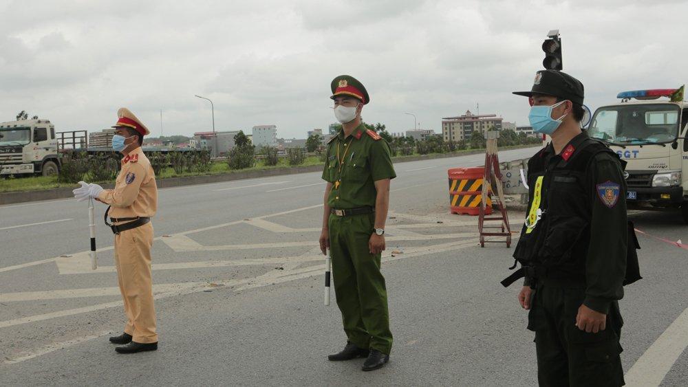 Lực lượng chức năng tổ chức phân luồng giao thông tại các địa phương giãn cách xã hội do dịch bệnh Covid-19 (Ảnh:baobacgiang)