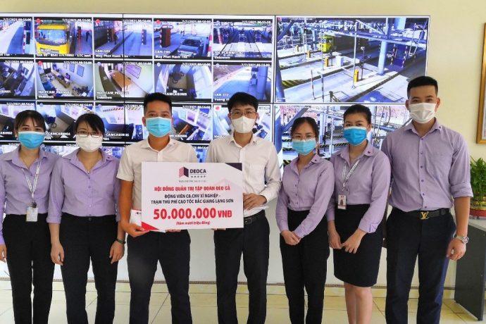 Ông Đặng Tiến Thắng chuyển quà cho CBCNV Xí nghiệp và các trạm thu phí Bắc Giang – Lạng Sơn